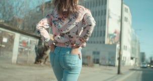 Portret młodej kobiety odprowadzenie w miasto ulicach zbiory wideo