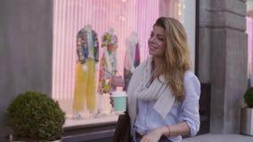Portret młodej kobiety odprowadzenie z papierową filiżanką zbiory wideo