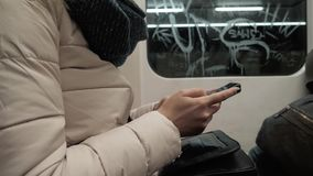 Portret młodej kobiety Pisać na maszynie wiadomość Na telefonie komórkowym W metrze, blondynki kobieta Z Smartphone zbiory