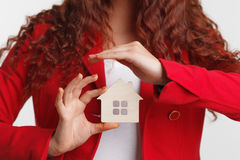 Portret młodej kobiety pośrednik w handlu nieruchomościami 100 rachunków pojęcia dolara dom robić hipotekuje robić Obraz Stock