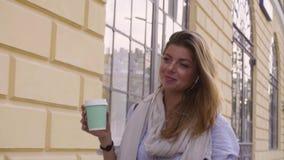 Portret młodej kobiety pozycja blisko ściany zbiory wideo