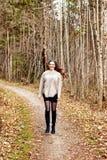 Portret młodej kobiety pozycja w drewnach zdjęcia stock