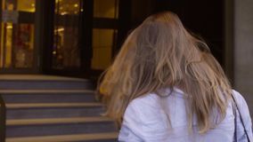 Portret młodej kobiety przybycie w szklanym drzwi zbiory wideo