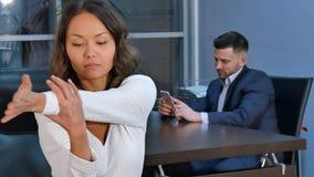 Portret młodej kobiety rozciągania ręki w biurze Zdjęcie Stock
