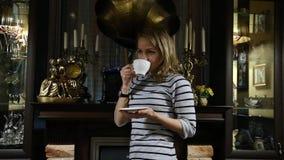Portret młodej kobiety stends blisko graby, szczęśliwa uśmiechnięta dziewczyna pije herbaty zbiory