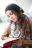 Portret młodej kobiety studencka czytelnicza książka obraz royalty free
