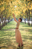 Portret młodej pięknej azjatykciej kobiety relaksująca emocja wewnątrz wrzeszczy Zdjęcia Royalty Free