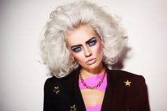 Portret młodej pięknej platyny blond kobieta z śmiałym eyebr Fotografia Stock