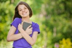 Portret młodej roześmianej kobiety czytelnicza książka Obraz Royalty Free