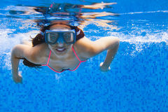 Portret Młodej uśmiechniętej kobiety pływacki undewater w dopłynięciu Zdjęcia Stock