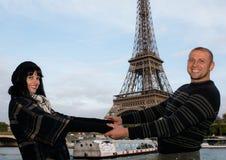 Portret młodej uśmiechniętej pary szczęśliwy miesiąc miodowy w Paryskim Francja obrazy stock