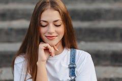 Portret młody ładny dziewczyny obsiadanie na schodkach obraz stock