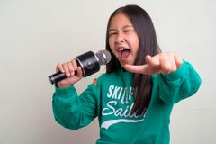 Portret młody śliczny Azjatycki dziewczyny być ubranym elegancki odziewa obraz stock