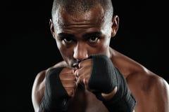 Portret młody afroamerican bokser, pokazuje jego pięści Obrazy Royalty Free