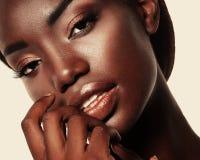 Portret Młody afrykanina model z pięknym makeup w studi Zdjęcia Stock