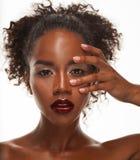 Portret Młody afrykanina model z pięknym makeup w studiu Zdjęcia Stock