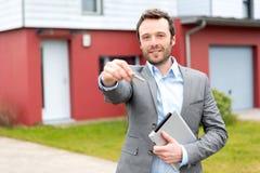 Portret młody agent nieruchomości przed domem Zdjęcia Stock