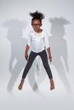 Portret Młody Amerykanin Afrykańskiego Pochodzenia dziewczyny doskakiwanie Zdjęcie Royalty Free