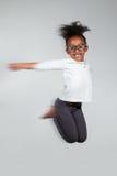Portret Młody Amerykanin Afrykańskiego Pochodzenia dziewczyny doskakiwanie Zdjęcie Stock