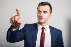 Portret młody atrakcyjny biznesowy mężczyzna używa ekran sensorowego zdjęcie stock