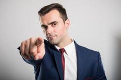 Portret młody atrakcyjny biznesowy mężczyzna wskazuje kamerę fotografia stock