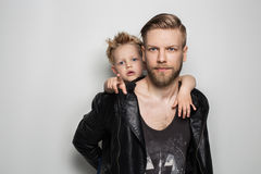 Portret młody atrakcyjny uśmiechnięty ojciec bawić się z jego małym ślicznym synem Ojca dzień Zdjęcie Royalty Free