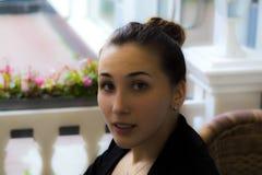 Portret młody biznesowej kobiety obsiadanie przy kawiarnią Obraz Stock