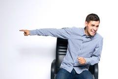 Portret młody biznesowy mężczyzna pozuje na szarym tle obraz royalty free
