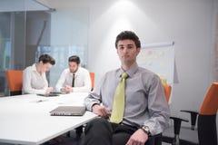 Portret młody biznesowy mężczyzna przy nowożytnym biurem Obraz Royalty Free