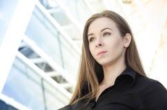 Portret młody bizneswoman z długie włosy Obrazy Stock