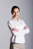 Portret młody bizneswoman z fałdowymi rękami Zdjęcie Stock
