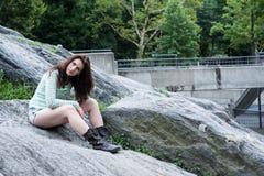 Portret młody brunetki obsiadanie na bouders Zdjęcie Royalty Free