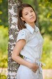 Portret młody ciemnowłosy kobiety obejmowania brzozy drzewo obrazy stock