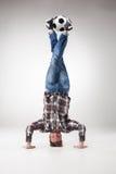 Portret młody człowiek, ćwiczy joga z futbolowymi piłkami zdjęcia stock