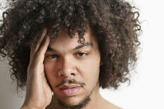 Portret młody człowiek ma migrenę nad białym tłem Obraz Stock