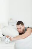 Portret młody człowiek obudzi budzikiem zdjęcie royalty free