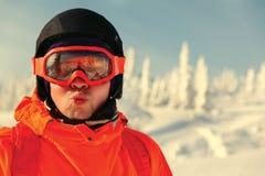 Portret młody człowiek przeciw tłu zimy niebo Zdjęcia Royalty Free