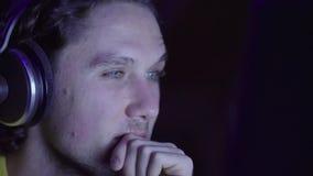 Portret młody człowiek słuchająca muzyka zdjęcie wideo