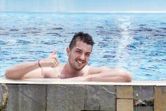 Portret młody człowiek w basenie kciuki w górę obrazy royalty free