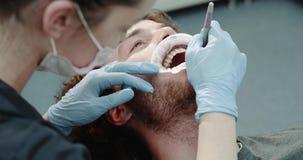 Portret młody człowiek w dentis krześle z usta strażnikiem i doskonalić biali zęby procedurę oralna higiena zbiory