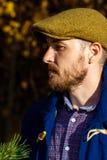 Portret młody człowiek w jesień lesie fotografia stock