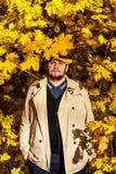 Portret młody człowiek w jesień lesie zdjęcia royalty free