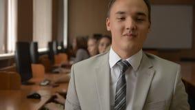 Portret młody człowiek w kostiumu i krawata ono uśmiecha się zbiory wideo
