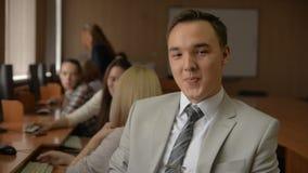 Portret młody człowiek w kostiumu i krawata ono uśmiecha się zdjęcie wideo