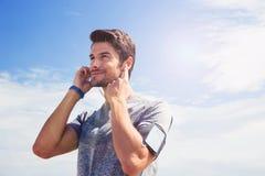 Portret młody człowiek w sportach jest ubranym outdoors zdjęcia stock