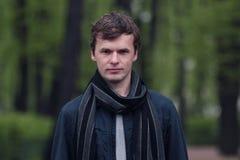 Portret młody człowiek w St Petersburg mieście lata ogrodu Obrazy Royalty Free