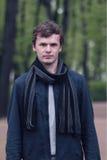 Portret młody człowiek w St Petersburg mieście lata ogrodu Zdjęcia Royalty Free