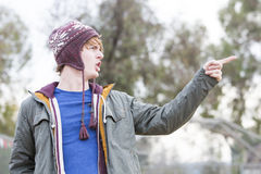 Portret młody człowiek wskazuje jego palcowego z kapeluszem Fotografia Stock