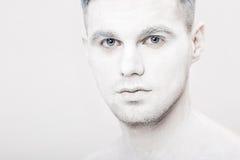 Portret młody człowiek z białą twarzy farbą Fachowy mody makeup Fantazi sztuki makeup Zdjęcie Stock