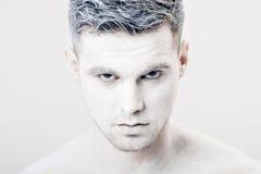 Portret młody człowiek z białą twarzy farbą Fachowy mody makeup Fantazi sztuki makeup Zdjęcie Royalty Free